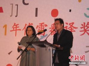 洪晃和评委会主席董强担任典礼主持人。 张中江 摄