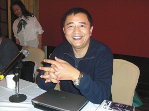 汤伟接受记者采访